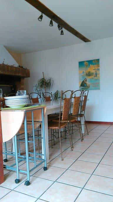 Salle à manger. Table 6 à 8 personnes.