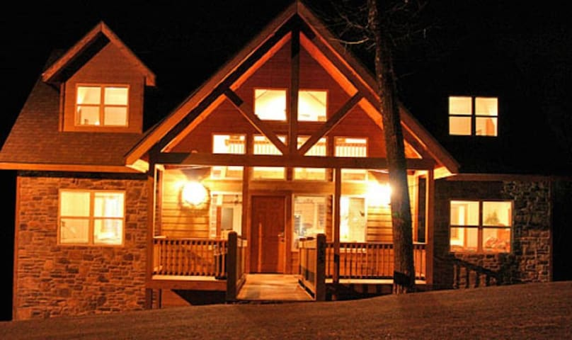 Tranquility Timbers at The Lodges of Table Rock Lake-8 king beds! 1 mile to SDC!