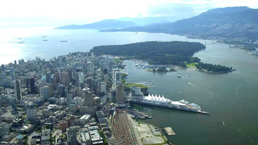 10 minutes from our place, over the Lions Gate Bridge, to world-famous Stanley Park and Downtown Vancouver!