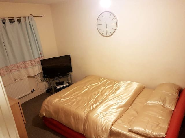 Decent, Quiet, clean and tidy double-bed room.