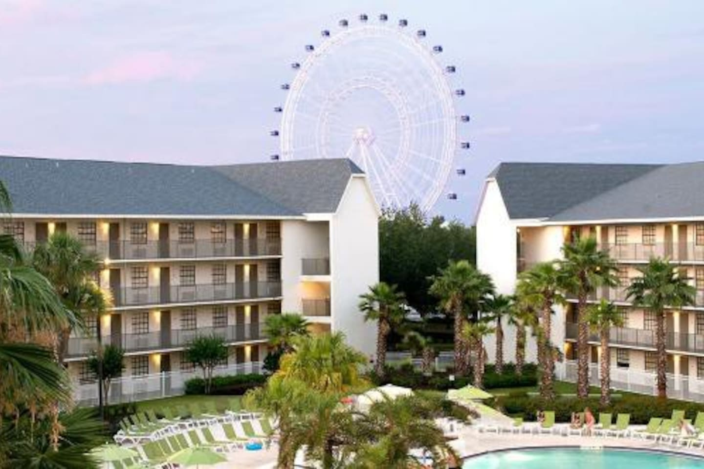 This cozy unit is located in a resort-style property, right on International Drive, just minutes away from Universal Studios and the Convention Center. Disney Parks and  Seaworld are in close proximity too! .