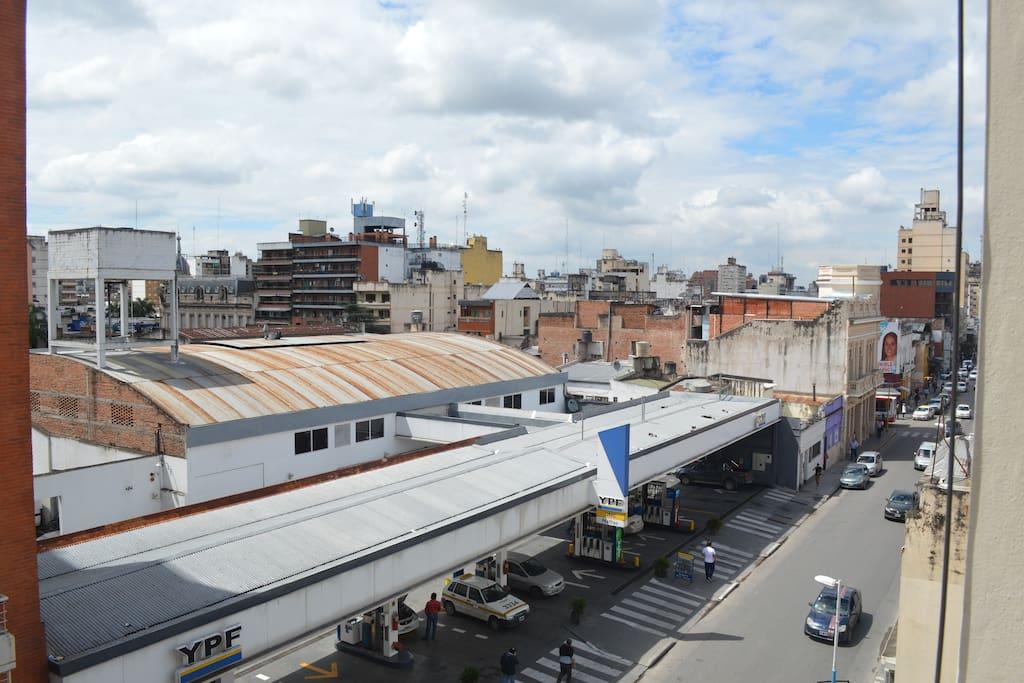 vista al centro de la ciudad, estación de servicios al frente.