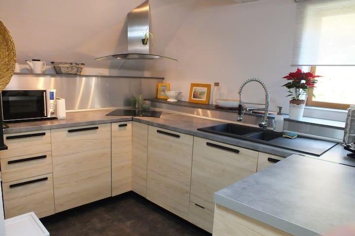 La cuisine équipée : La cuisine : lave-vaisselle, lave-linge, plaques induction, micro-ondes, cafetière Senseo.