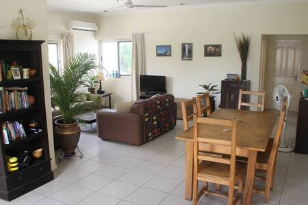 Sunny, spacious, cosy flat in Osu - Accra - 公寓