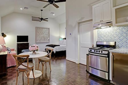Charming Studio Apt in the heart of the Heights