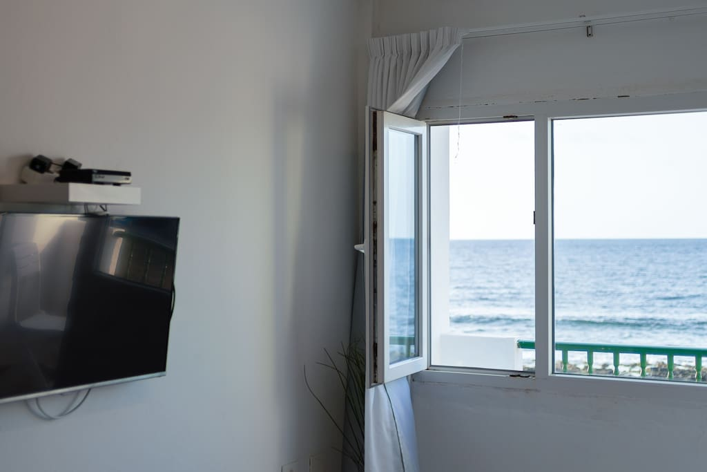 WATCH TV WHILE YOU SEE THE SEA