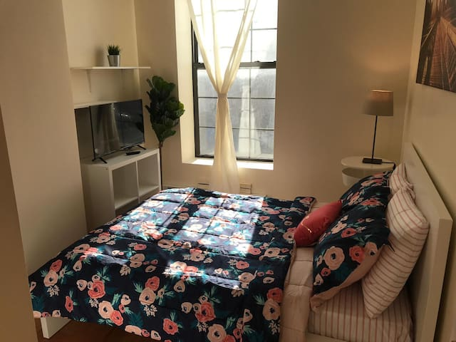 Comfy Private Room w/ Full Bed - Nearby Subway
