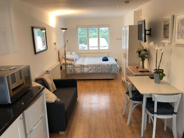 Modern and Airy Studio nearby Met line