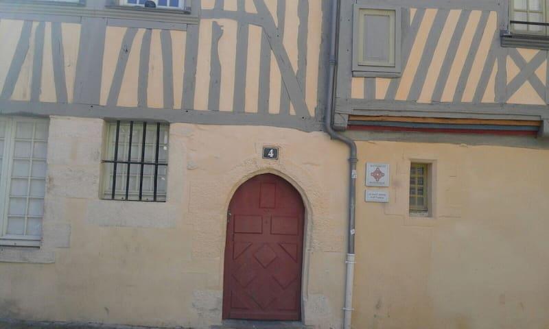 Centre historique,  proche de la Place des Lices.