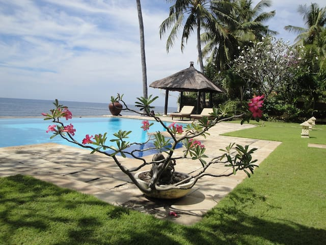 Beachfront pool villa north Bali - Kubutambahan - Villa
