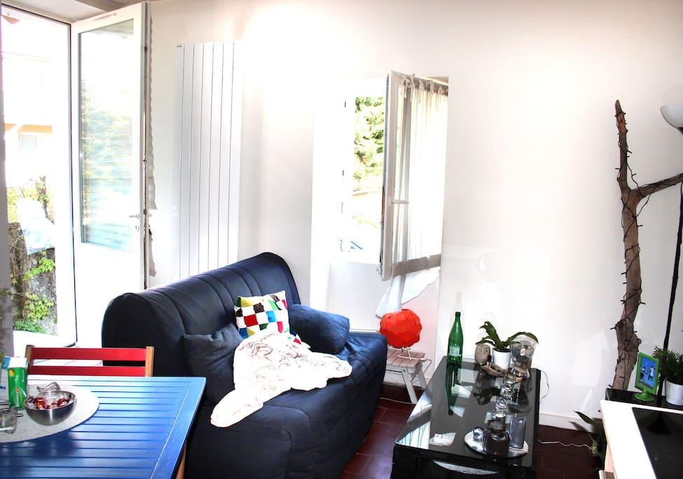Coin séjour-salon très lumineux avec canapé convertible