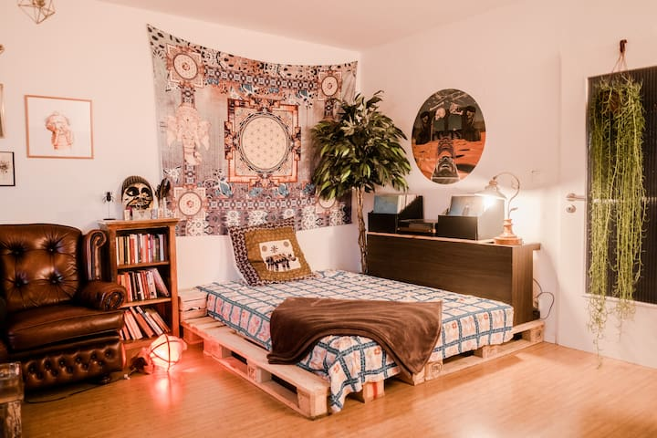Ethnic-vintage styled spacious flat w/ King Bed