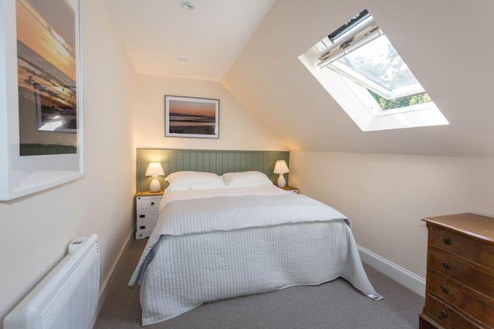 Bedroom 1 - Zip and Link Kingsize bed or 2x singles