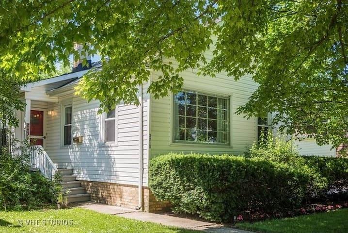 Bright & Cheery Evanston Cottage