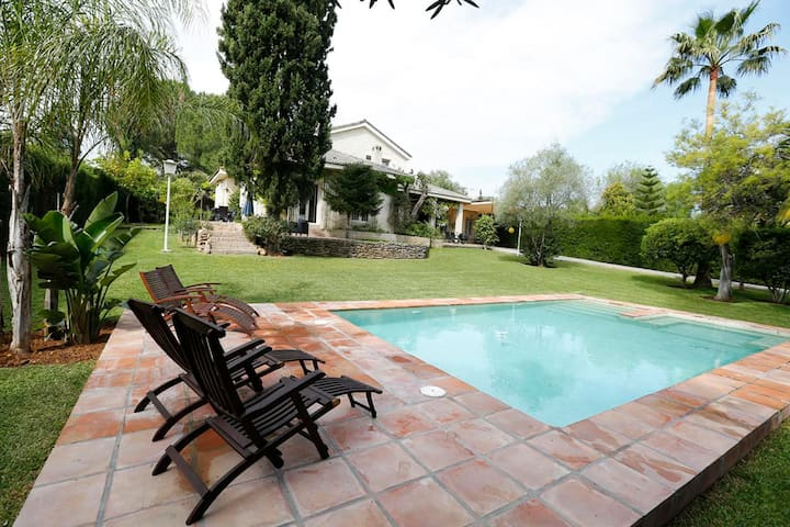 LUXURY VILLA WITH POOL (15 MINS FROM CITY CENTRE)