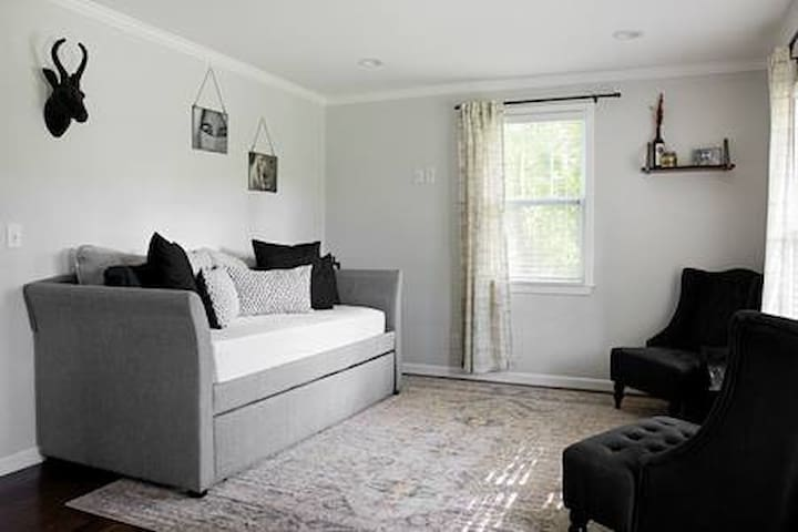 Travel Haven - 12 Minutes Away From Downtown