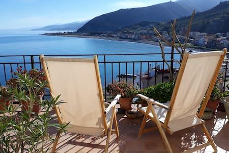 Casa con terrazza panoramica sul mare