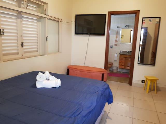 Suite com cozinha e lavandeira compartilhada