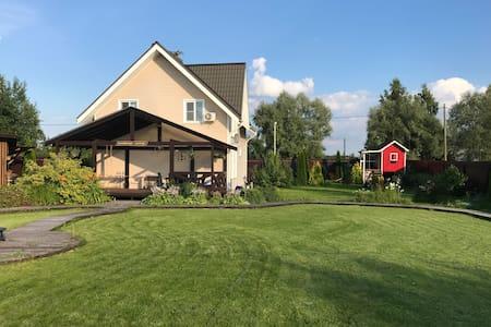Уютный загородный дом в деревне рядом с городом.