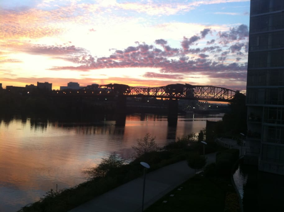 Willamette River view toward Broadway Bridge