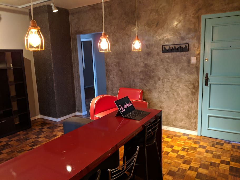 Sala: Mesa para refeições ou trabalho.