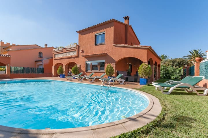 Detached house with private pool near the beach