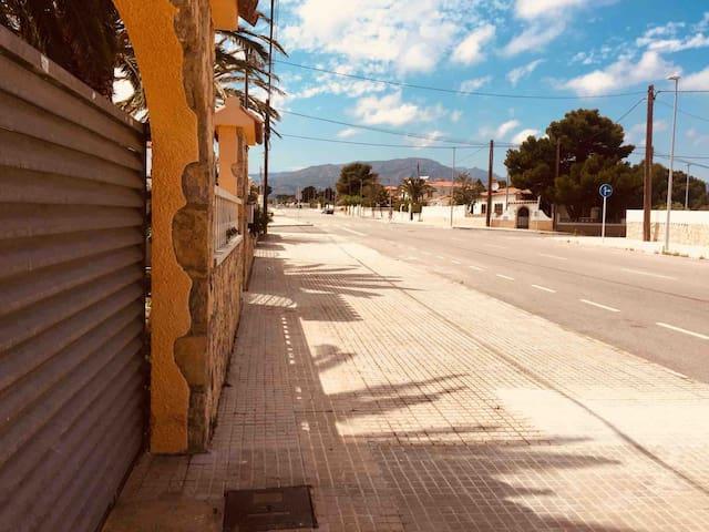 Calle muy tranquila, muy amplia y con mucho aparcamiento en la misma puerta.
