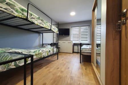 Pokój nr 2 · Pokój trzyosobowy parter