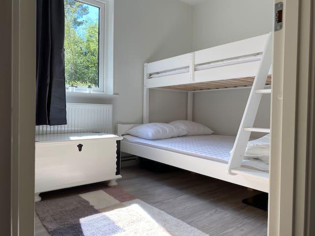 Våningssäng med 80 resp. 120 cm säng i sovrum 2.