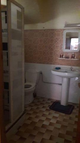 Salle de bain avec douche chaude