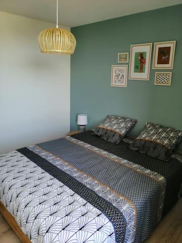 Chambre n°1 avec lit en 160 et grand dressing