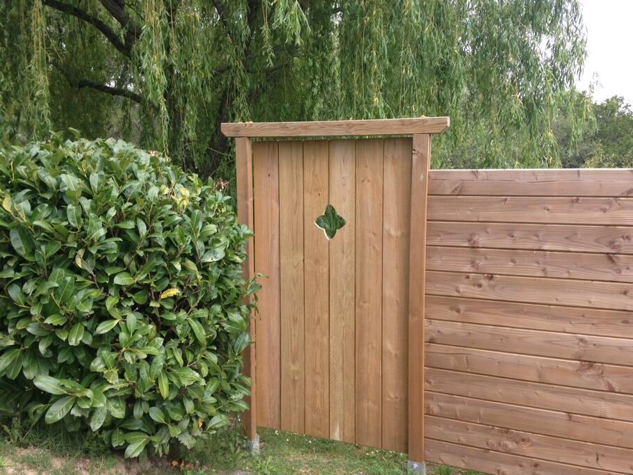 Entrée privative par une jolie porte en bois.