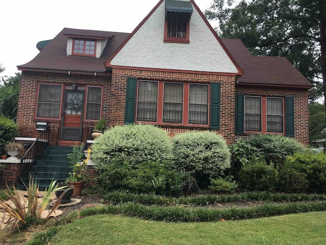 4BD~2&1/2BTH~IRON GATE GUEST HOUSE~LAKEBOTTOM