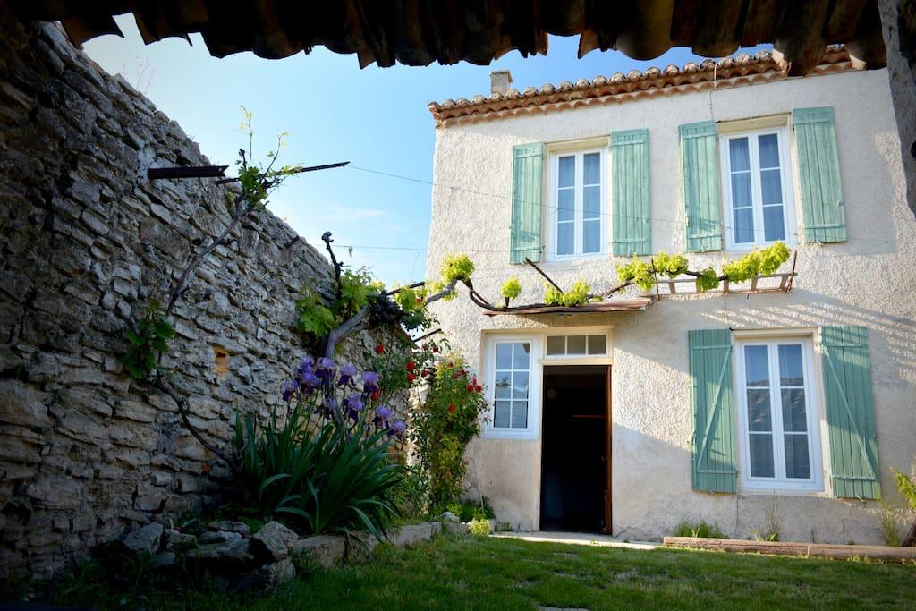 maison proven ale houses for rent in l 39 isle sur la sorgue provence alpes c te d 39 azur france. Black Bedroom Furniture Sets. Home Design Ideas
