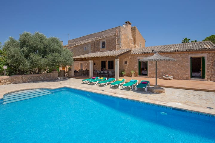 Villa closer Felanitx town for 9 people with private pool and Wifi internet.