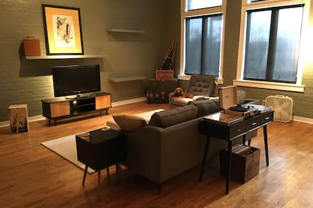 Downtown Omaha Loft. King Bed. Walk to Everything - Omaha - Loft