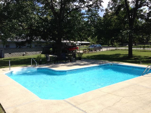 Pool and Pool Table! 3 minutes from downtown Cola. - West Columbia - Hus