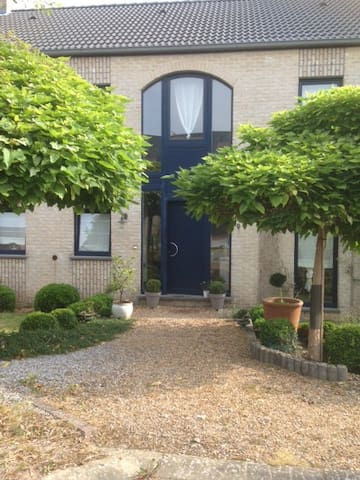 Tarcienne:Lit 2 personnes dans 1 chambre spacieuse - Walcourt - Huis