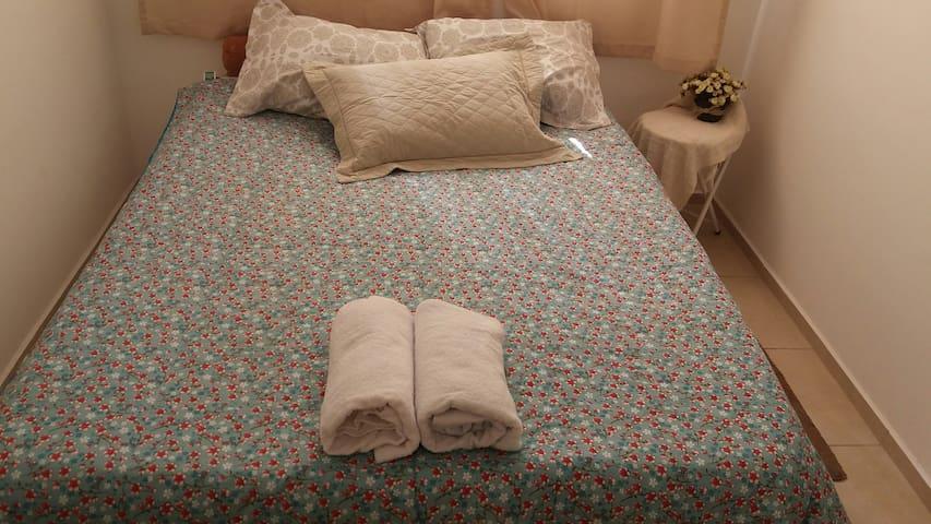 Quarto com cama de casal.