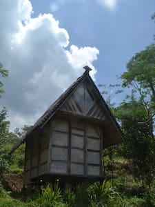 Le leuit - Cicurug - Maan sisään rakennettu talo
