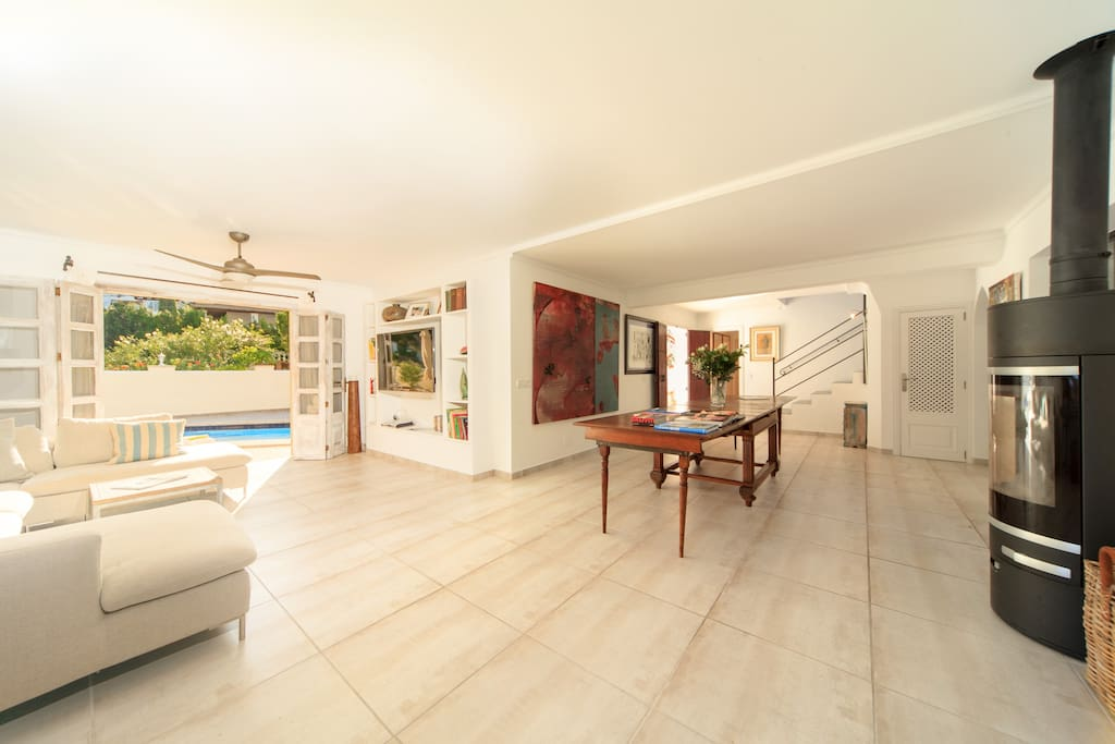 The spacious livingroom with access to the swimming pool