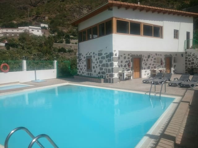 Casa rural con piscina en Risco Blanco .