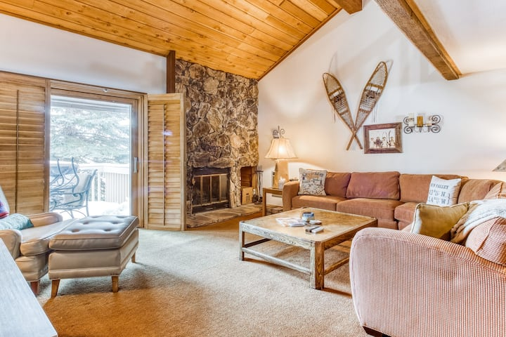 Cabin-y condo w/full kitchen, access to shared pools, hot tubs, tennis, & more!