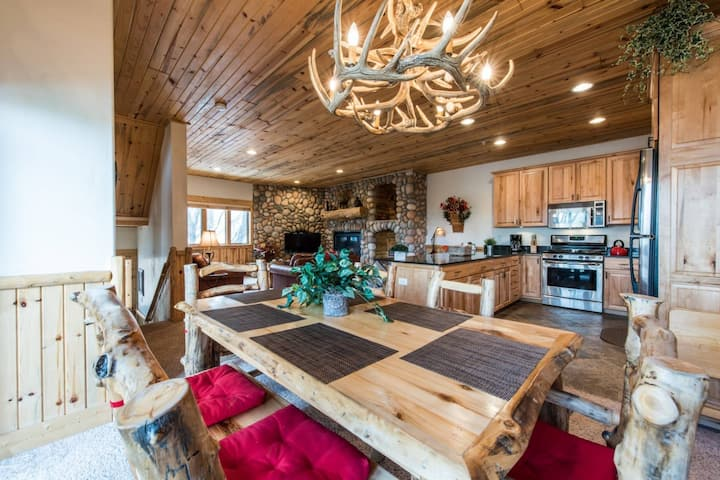 *FREE SKI RENTAL* < 1 Mile to Canyons Village–On Free Shuttle Route, Communal Hot Tubs,Keyless Entry
