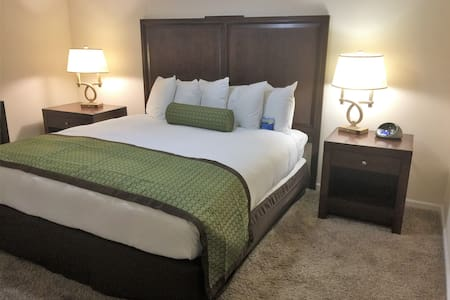 King Bed Suite 750sq Full Kitchen