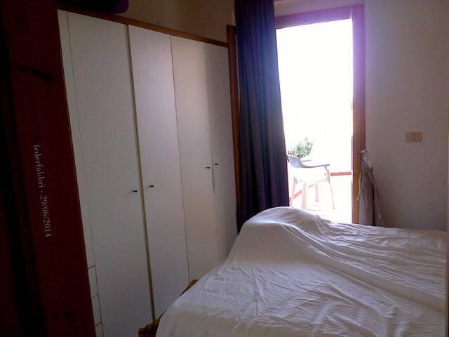 La camera da letto con il letto matrimoniale e l'armadio. Si affaccia su un terrazzino