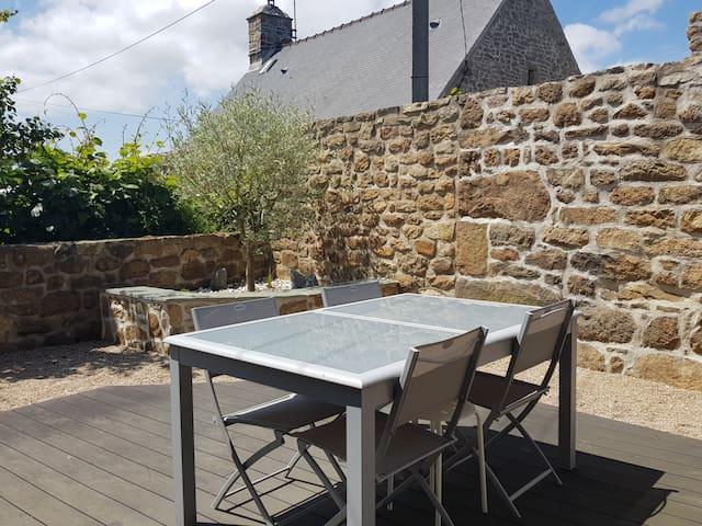 Terrasse, table, chaises et BBQ