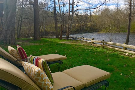Rustic Charm on the Little River! - Townsend - Bed & Breakfast