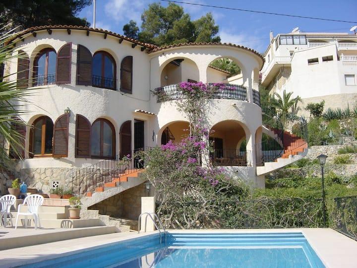 Von privat: Villa mit Pool