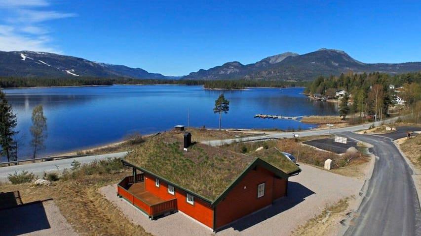 Nyere hytte på solsiden av Vrådal / Vraadal